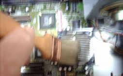 Limpiando con brocha el PC.